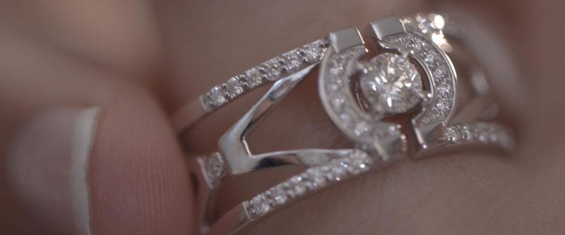 Une magnifique bague en diamants est ajustée sur le doigt d'une femme