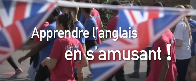 """Des drapeaux anglais flous laisse apparaitre la phrase """"Apprendre l'anglais en s'amusant"""""""
