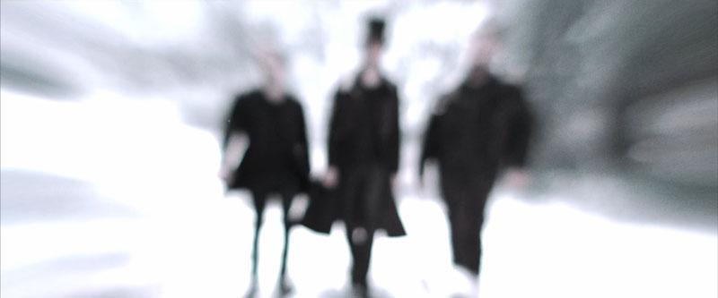 Trois silhouettes d'hommes floues marche sur un sentier